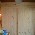 Hirsimökin vaatekaappi. Kaappi tehty liimapuusta, liuku-ovet.